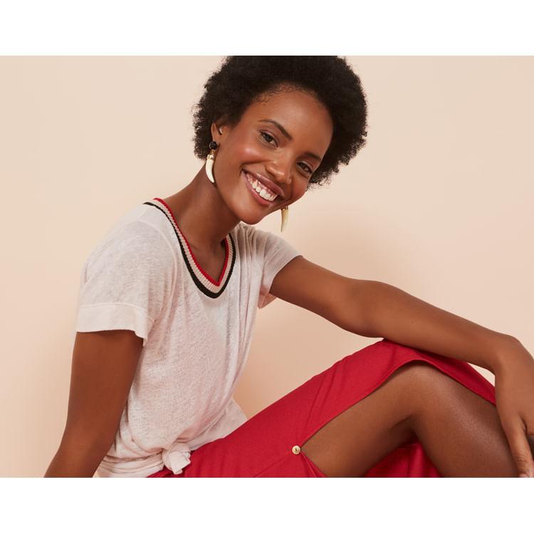 mulher sentada sorrindo
