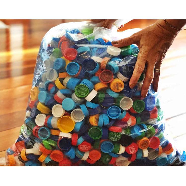 sacola com tampinhas de garrafa