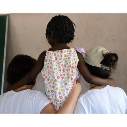 mulheres segurando crianca