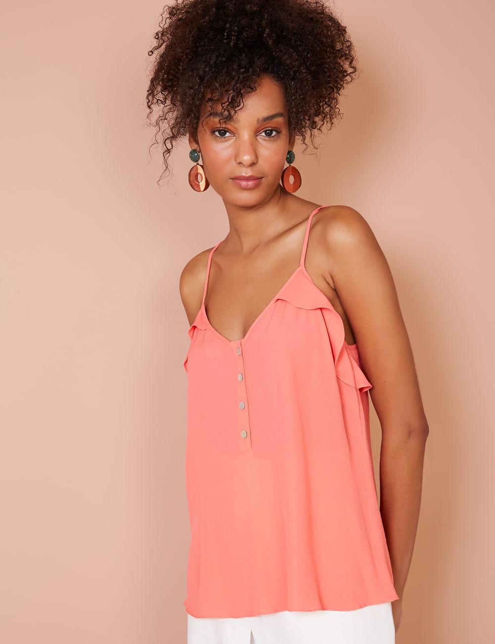 Mulher vestindo blusa rosa de alça com babado tamanho G