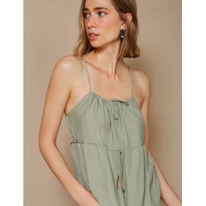 Mulher vestindo blusa de alça com decote tamanho P