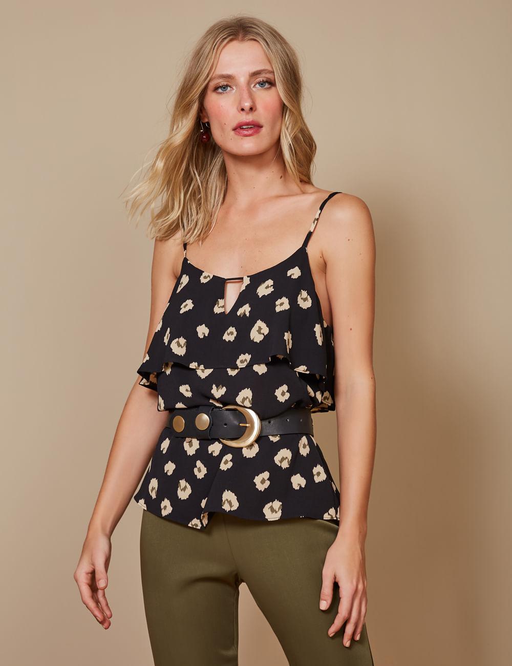 Mulher vestindo blusa floral de alça tamanho P