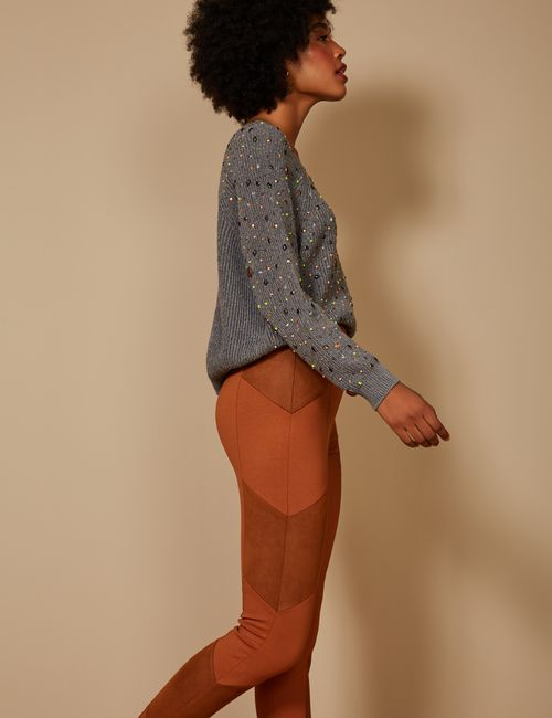calca-reta-recorte-diagonal-marrom-lado-p