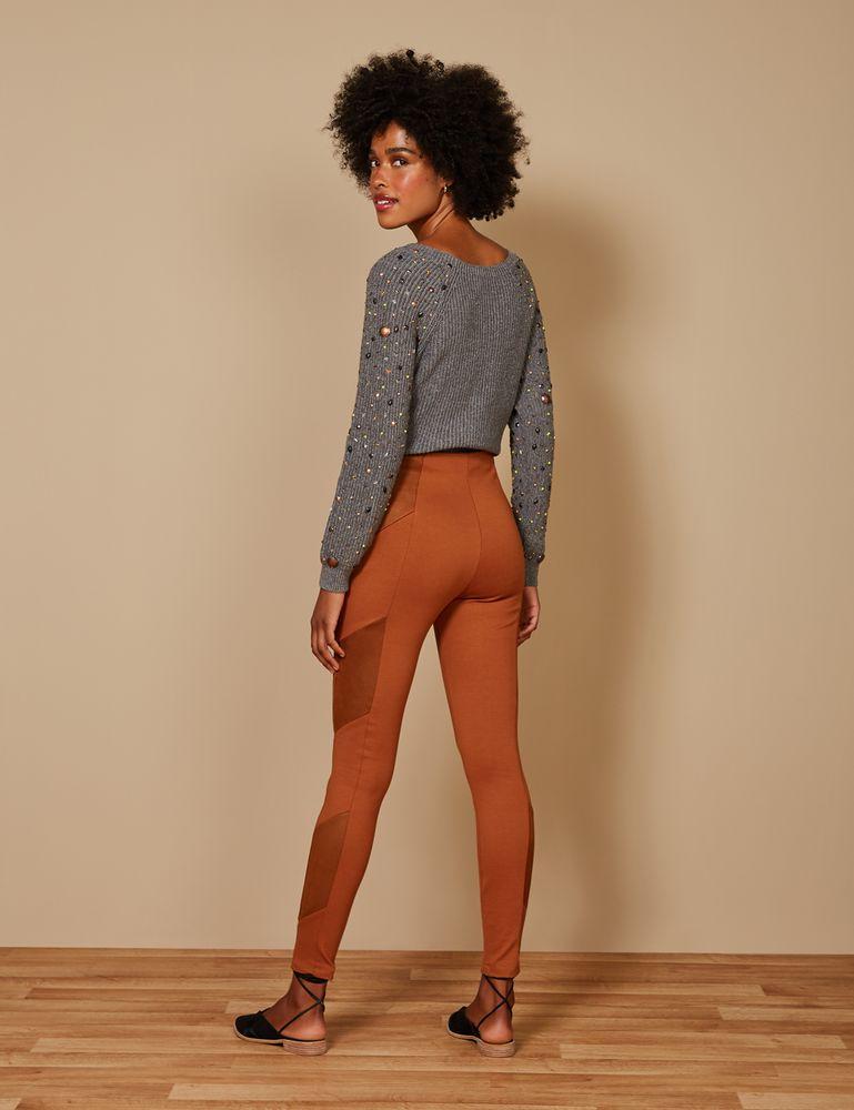 calca-reta-recorte-diagonal-marrom-costas-g
